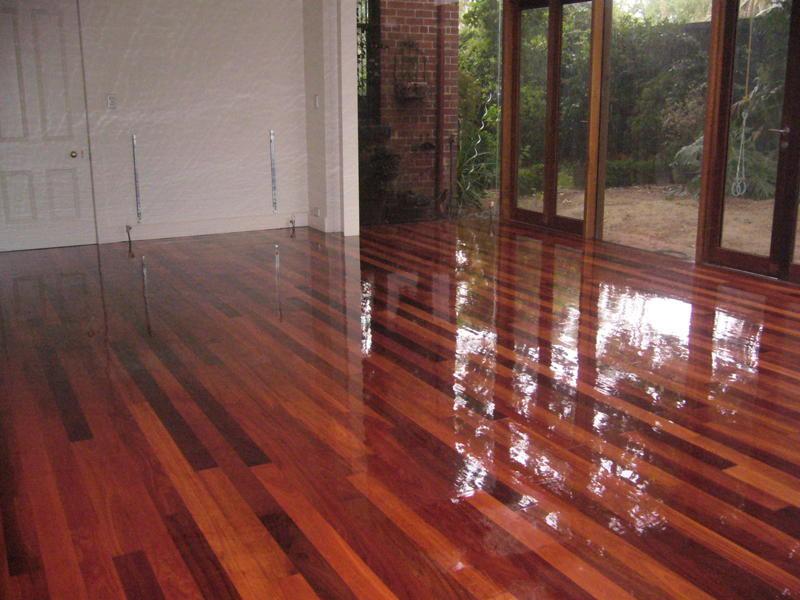 Làm sàn gỗ sạch bóng sáng bóng
