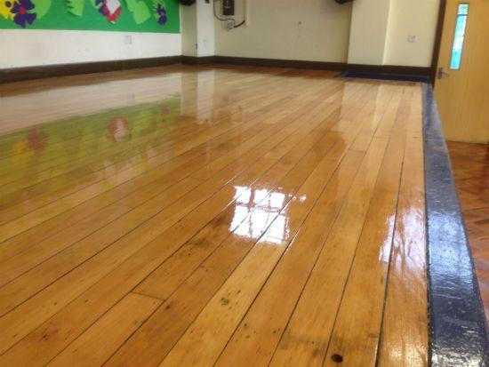 Đánh bóng sàn gỗ với hóa chất chuyên dụng